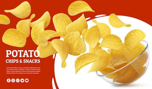 Chipsy ziemniaczane wpadające do szklanej miski na białym tle