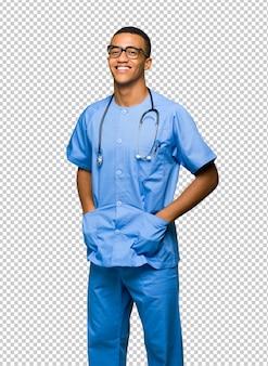Chirurg lekarz mężczyzna w okularach i szczęśliwy