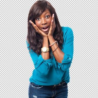 Chłodno czarna kobieta uśmiecha się
