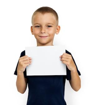 Chłopiec trzyma biały papier