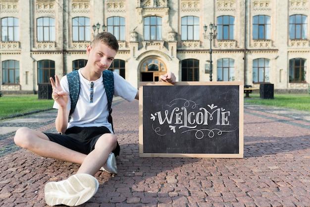 Chłopiec trzyma blackboard egzamin próbnego
