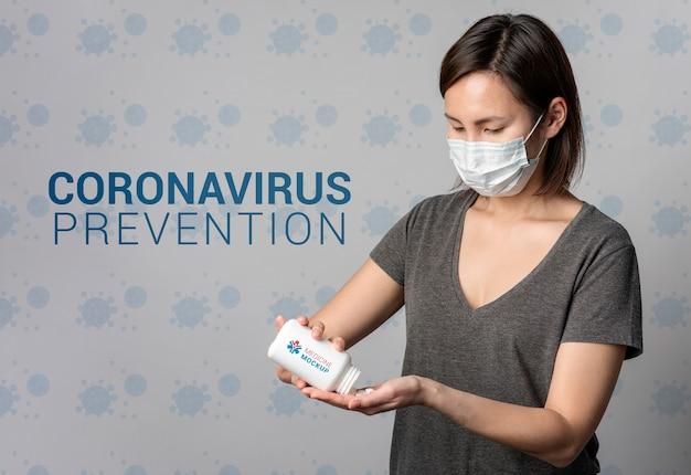 Chora kobieta trzyma makiety medycyny