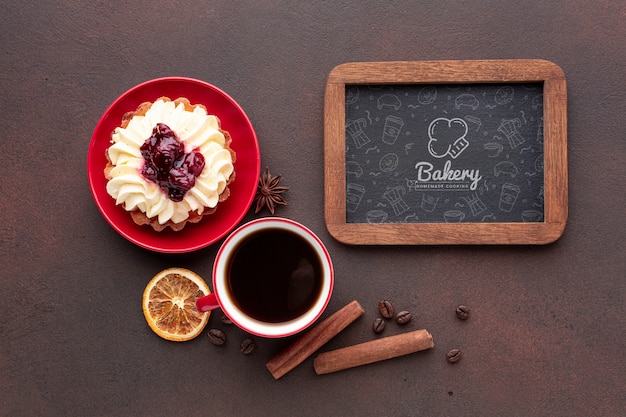 Ciasto z czarną kawą i makieta tablicy