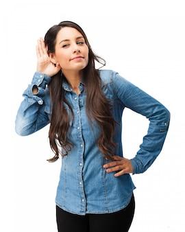 Ciekawy dziewczyna próbuje usłyszeć