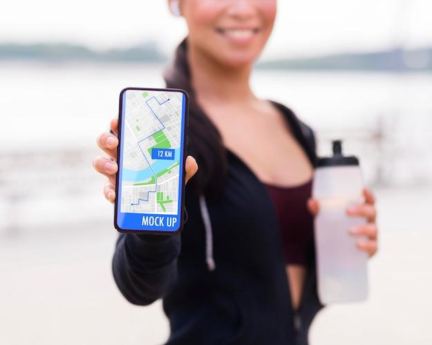 Close-up kobieta trzyma butelkę wody