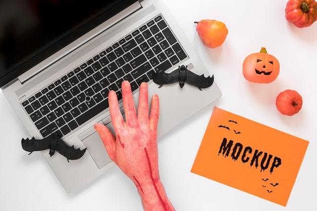 Close-up krwawą ręką dotykając laptopa