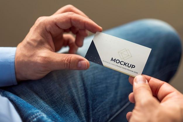 Close-up mężczyzna trzyma makietę wizytówki