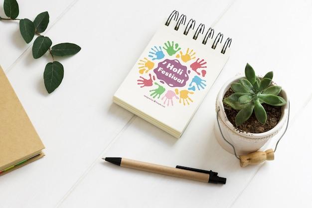 Close-up notatnik obok rośliny