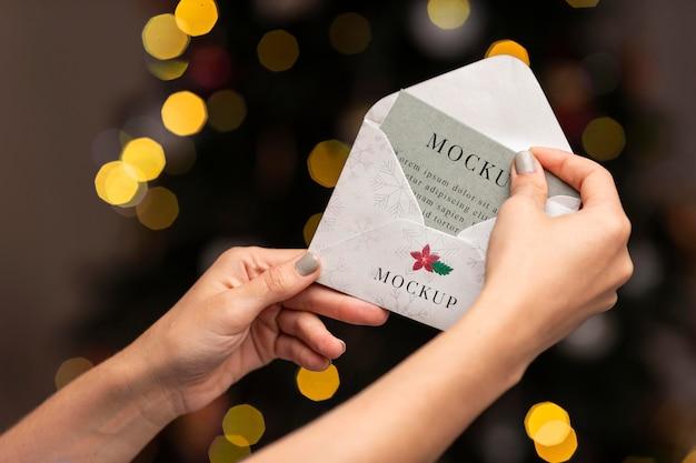 Close-up ręce trzymając kopertę