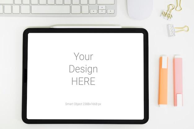 Cyfrowy tablet makieta na biurowym stole roboczym.