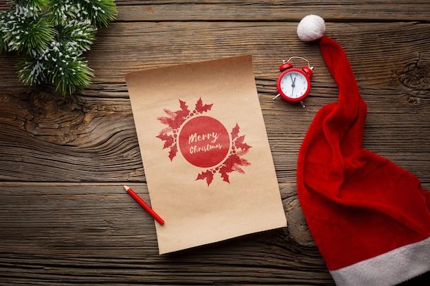 Czapka świętego mikołaja i sosnowe liście świąteczne