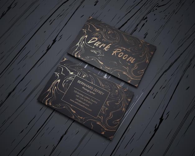 Czarna karta z makietą luksusowej wizytówki ze złotej folii