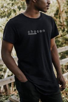 Czarna koszulka makieta tshirt psd na afroamerykańskim modelu męskim