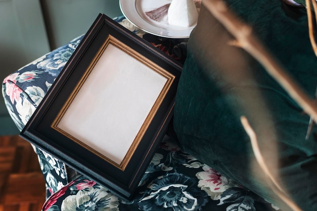 Czarna ramka na zdjęcia na kanapie