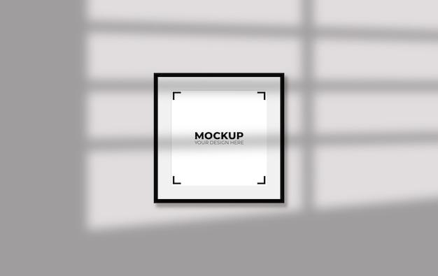 Czarna ramka na zdjęcia pochylona w makiecie wnętrza