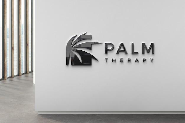 Czarne logo firmy na ścianie