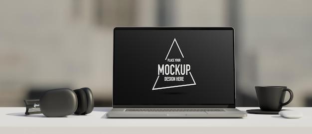 Czarno-biały obszar roboczy z makietą słuchawek do laptopa i renderowaniem 3d kubka