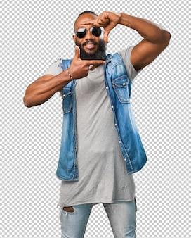 Czarny człowiek robi gest ramki
