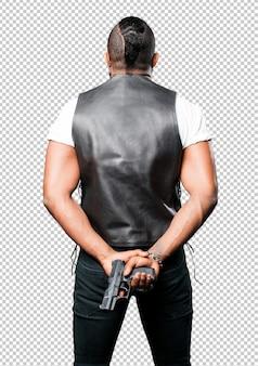 Czarny człowiek za pomocą pistoletu