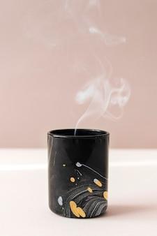 Czarny marmurowy kubek makieta psd ręcznie robiona sztuka eksperymentalna