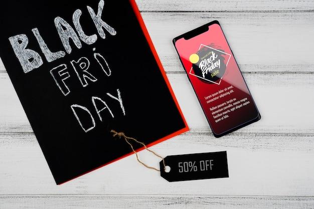 Czarny piątek koncepcja z makiety smartfona