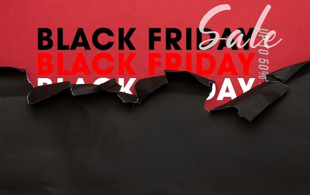 Czarny rozdarty papier i makieta sprzedaży w czarny piątek