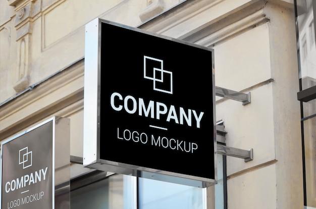 Czarny znak uliczny, kwadratowy kształt, makieta logo firmy ulicznej
