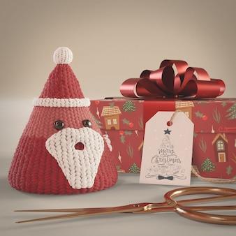 Czerwone ozdoby i prezent zapakowane na stole