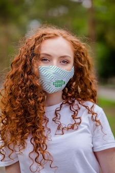 Czerwone włosy kobieta z medyczną ochronną maskę na twarz