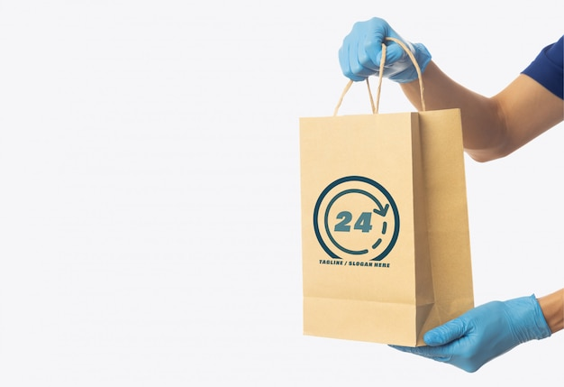 Człowiek dostawy ręka trzyma papierową torbę na zakupy rzemiosła