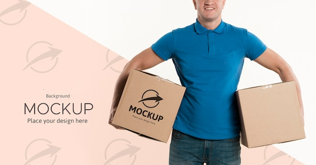 Człowiek dostawy, trzymając pudełka na biodrach