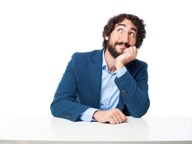Człowiek myśli z ręką na twarzy
