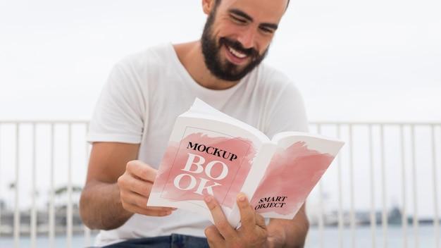 Człowiek na ulicy czytania książki