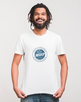 Człowiek nosi makietę t-shirt
