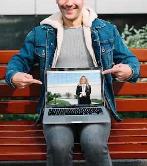 Człowiek przedstawia makieta laptopa