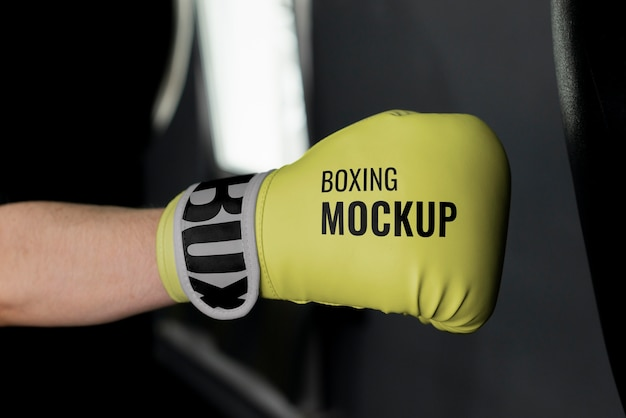 Człowiek sobie makiety rękawice bokserskie