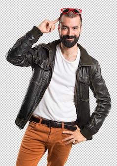 Człowiek ubrany w skórzaną kurtkę