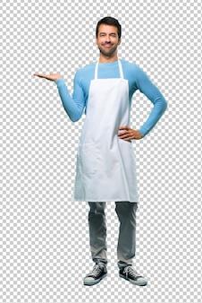 Człowiek w fartuchu gospodarstwa copyspace wyobraźni na dłoni, aby wstawić reklamę