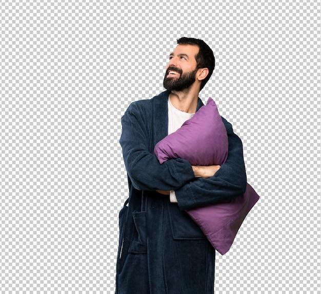 Człowiek z brodą w piżamie szczęśliwy i uśmiechnięty