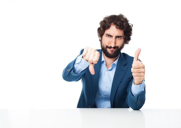 Człowiek z kciukiem do góry i kciuk w dół