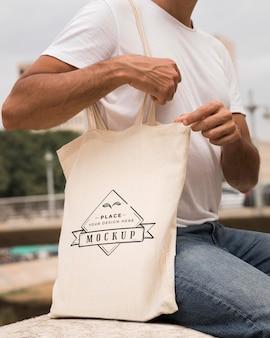 Człowiek z koncepcją makiety torby