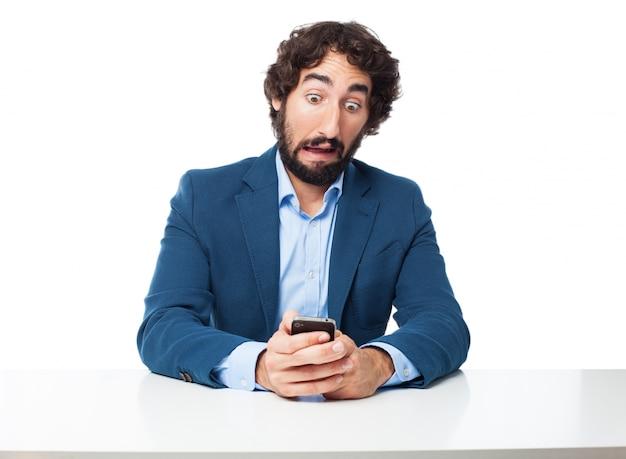Człowiek z otwartymi oczami patrząc na telefon