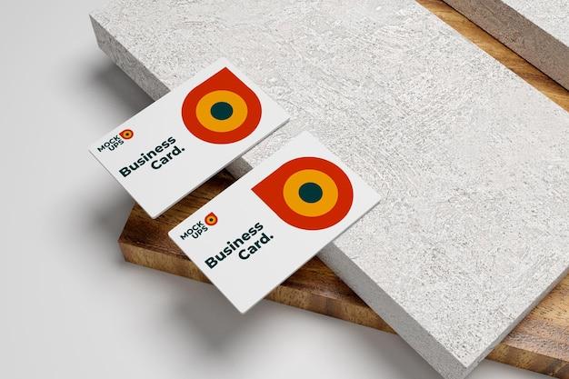 Czysta i minimalistyczna makieta wizytówki z drewnianą podłogą