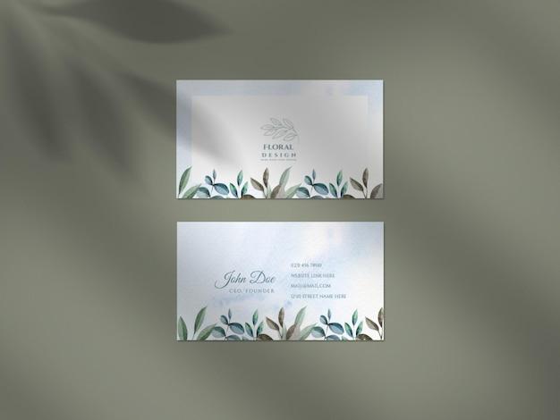 Czysta makieta z kwiatowym zestawem wizytówek ślubnych i nakładką cienia