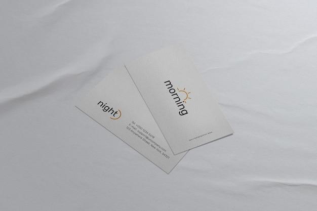 Czysta minimalna makieta wizytówki na białym papierze
