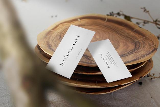 Czysta minimalna makieta wizytówki na drewnianych talerzach.