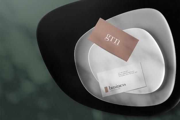 Czysta minimalna makieta wizytówki na talerzu