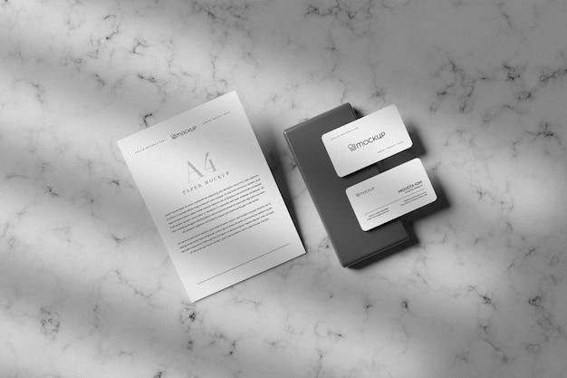 Czysta wizytówka z papierowym projektem makiety