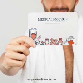 Dłoń trzymająca medycznych makieta na pierwszym planie