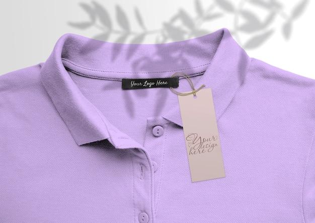 Długi tag na tle koszulki polo. z cieniami